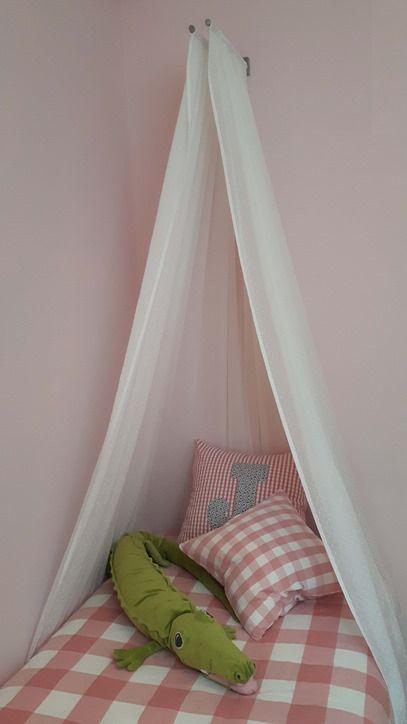 Como hacer un dosel para una cama infantil con un toallero.