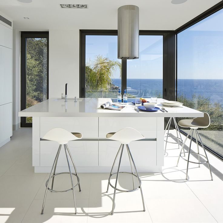 MEDITERRANEAN LIFESTYLE The Spanish mediterranean coast is the perfect spot to open your house to nature. This house, by architect Anna Podio, immerses itself into the surrounding landscape. We love to spot STUA Onda stools in this full-view kitchen.Photo: Jordi Miralles. ONDA: www.stua.com/design/onda