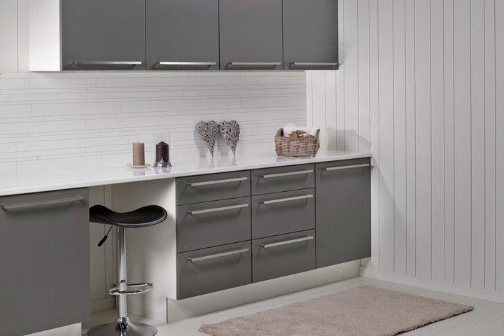 Kjøkkenplate m/grått kjøkken og barkrakk fibotrespo