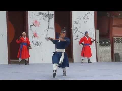 무예 24기 Korean Martial Arts Muye 24ki 무예24기는 조선 정조 때의 관군이 익혔던 24가지 궁중 기예로 각 기예에 대한 자세한 내용이 당시 발간된 무예도보통지(武藝圖譜通志, 1790)에 그림과 함께 실려 오늘날까지 전해내려 오고 있다. 수원화성행궁 신풍루 앞에서 매일(월요일 제외) 오전11시, 오후3시 두 차례 공연된다.