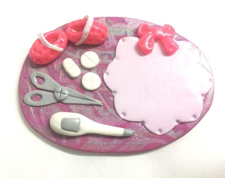 BADGE Infirmière , Aide Soignante , thème thermomètre + ciseau + crocs sur fond rose : Pins, badges par passions-creations