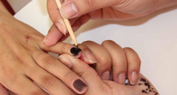 Nem sempre sobra tempo – ou dinheiro – para fazer as unhas no salão. Por isso, é importante dominar algumas técnicas para fazer unhas em casa sem grandes complicações e de forma rápida. A manicure Carla Cristina Rolim, da esmalteria Aero Nails (SP) ensina como: Leia também: Unhas bonitas dependem de cuidados