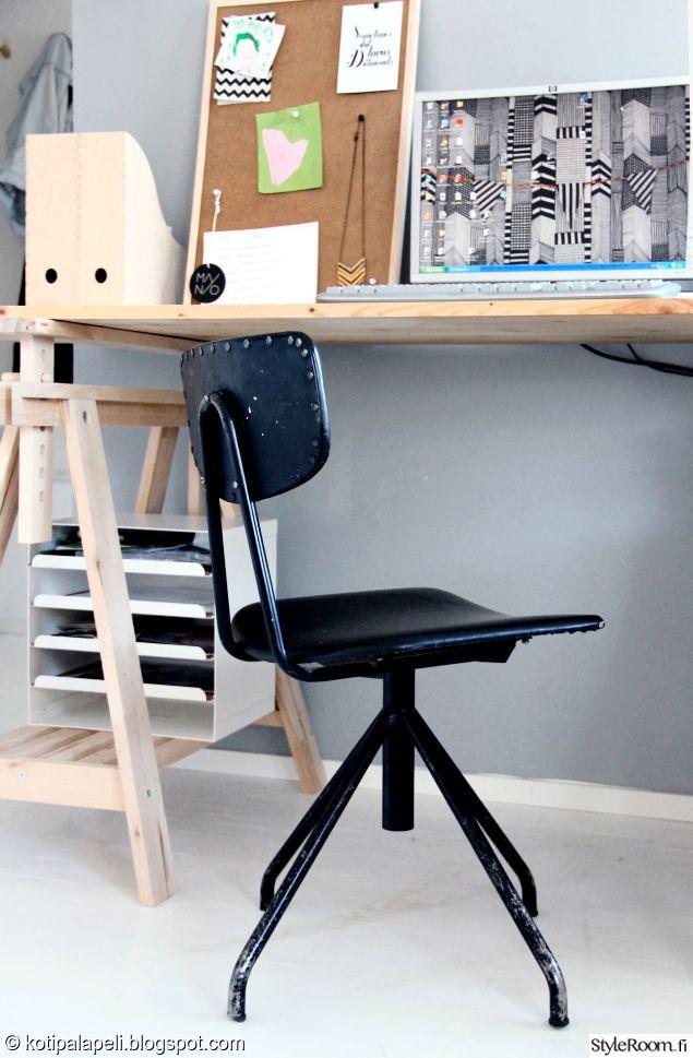 """""""Kotipalapeli""""n musta työtuoli on kirpputorilöytö #työhuone #työpiste #styleroom #tuoli #inspiroivakoti"""