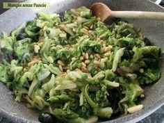 La scarola olive e capperi è un semplice contorno per accompagnare tanti secondi in modo leggero o per creare dei ripieni squisiti!