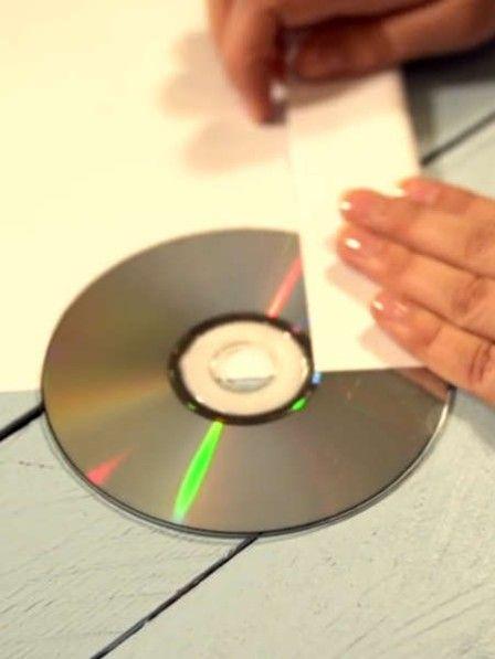 Sie möchten Freunden oder Bekannten eine CD mit ihren Urlaubsfotos mitgeben, haben aber keine passende Hülle? So basteln Sie sich mit wenigen Handgriffen eine perfekte CD-Hülle.