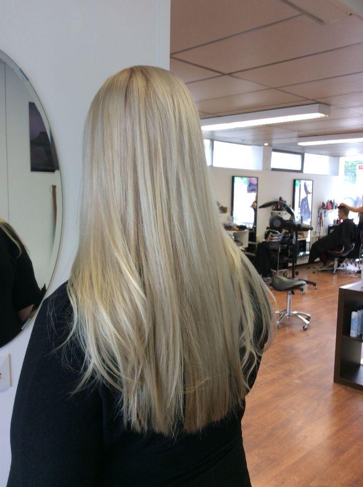 Platin/ashy blond with balayage shades - platinanvaaleat pitkät hiukset balayage raidoilla #platinblond #olaplex