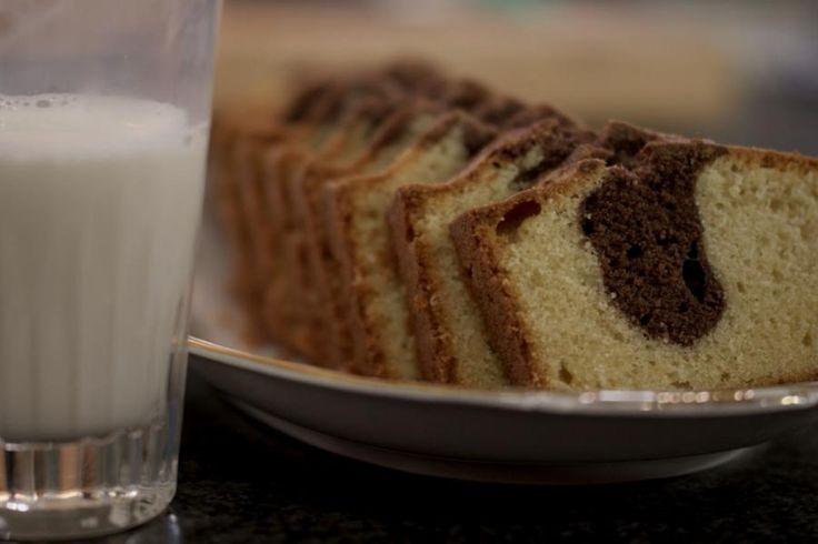 Dit is het recept voor een marmercake met twee smaken: vanille en cacao. Maar opgelet! Een verse marmercake werkt als een magneet op alle huisgenoten. Voor je het goed en wel beseft, snijdt elke voorbijganger er een schijfje van af en is de cake in geen tijd foetsie.