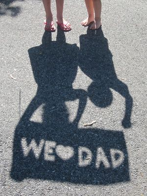 A fun crafty idea for Father's Day... all you need is some paper, scissors and some sunshine.