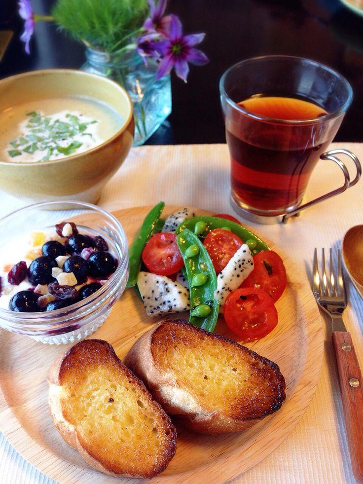 今日の朝ごはん。 ごぼうとさつまいものポタージュ ブルーベリー&ドライフルーツヨーグルト ドラゴンフルーツと野菜のサラダ