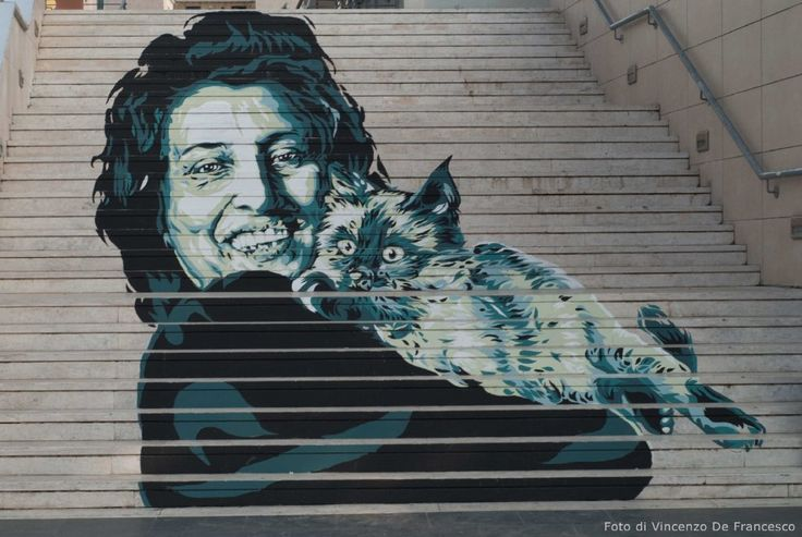 Nannarella sorridente, con un gatto in braccio. Nannarella sognante, mentre stringe un cane. C'è tutta Anna Magnani nei due ritratti che stanno