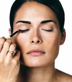 9. Schritt des perfekten Make-ups: Eyeliner - Bobbi Brown zeigt wie's geht: In 10 Schritten zum perfekten Make-up - © Bobbi Brown Evolution, LLC Ziehen Sie den oberen Wimpernrand nach - und zwar mit einer dunklen Farbe, die nass oder trocken sein kann. Danach schauen Sie geradeaus und kontrollieren im Spiegel...