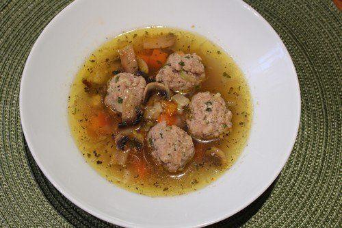 Hozzávalók+a+leveshez:  2+szál+répa 1+szál+gyökér+zöldség 1+kisebb+darab+zeller 1+fej+vöröshagyma 4+gerezd+fokhagyma 6-8+fej+gomba 1/2+marék+petrezselyem víz só,+bor,+bazsalikom,+chili  Hozzávalók+a+húsgolyókhoz:  25-30+dkg+darált+sertés+vagy+marhahús+(+vagy+mindkettő+keveréke+) 1…
