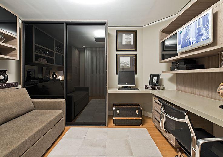 O escritório foi preparado para servir também de quarto de hóspedes. Por isso, a arquiteta apostou em peças versáteis, como o sofá-cama, e no mobiliário planejado da Formaplas, com acabamento em laminado Rusticus Linen.