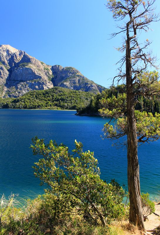 One of the many beautiful lakes in the Lake District of Argentina. Uno de los hermosos lagos en el distrito de lagos, Bariloche, Argentina.