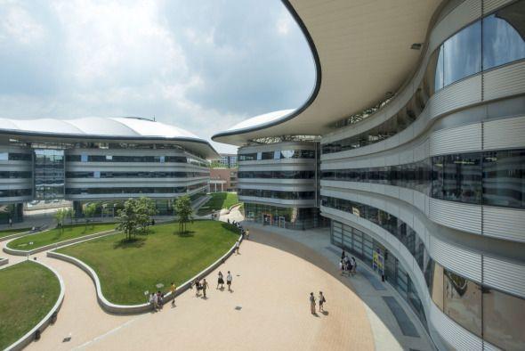 Lo último de Foster and Partners. El nuevo Campus de la Universidad Luigi Einaudi de Turín tiene una impresionante fachada circular recortada que da lugar a inmensos patios interiores llenos de luz.