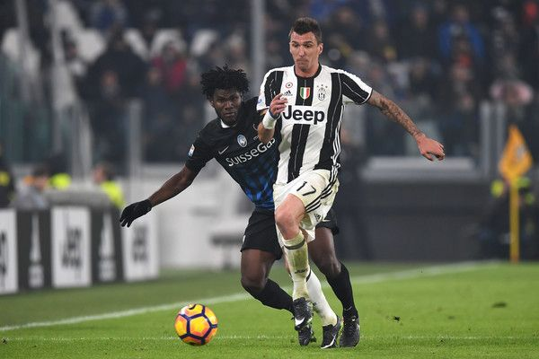 Mario Mandzukic (R) of Juventus FC is challenged by Franck Kessie of Atalanta BC during the Serie A match between Juventus FC and Atalanta BC at Juventus Stadium on December 3, 2016 in Turin, Italy.