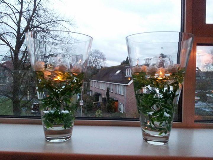 Neem een vaas, kunst takjes en bloemetjes, wijnglas en waxinelichtje. Takje in de vaas eventueel gedrapeerd om het wijnglas, wijnglas in de vaas laten zakken, waxinelichtje in het wijnglas doen en klaar. De vaas kan eventueel ook nog met water gevuld worden voor een nog ander effect.