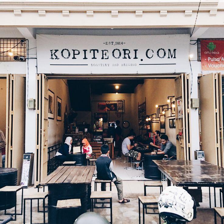 Aroma kopi sudah tercium begitu menginjakkan kaki ke kedai kopi ini. Selain aroma kopi, bau asap rokok juga dapat langsung tercium dengan jelas. Menempati sebuah ruko di Jl. Beruang, Kopi Teori men…