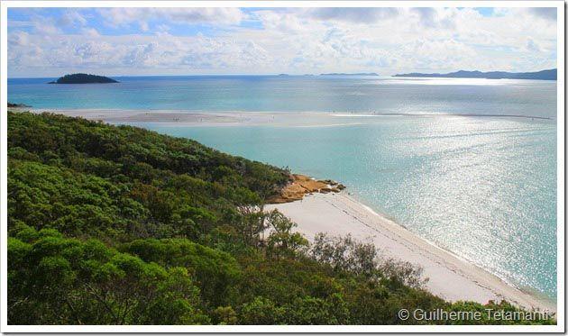 Whitsundays é um conjunto de ilhas pertinho da costa leste da Austrália. Para conhecer as praias de Whitsundays, a melhor opções para os jovens mochileiros que viajam pelo país, é fazer um tour de veleiro a partir de Airlie Beach. São diferentes empresas, que oferecem passeios de 1 ou 2 noites dormindo no barco.