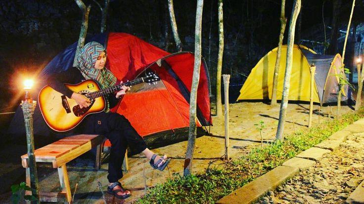Referansi tempat camping d alam terbuka nih suasana pedesaan syahdu ditemani gemericik air terjun di @grojogan_lepo  Camping cantik dg alunan gitar yg syahdu..  #jelajahbantul  #dolanbantul #wisatajogja #camping #eksplorebantul #eksplorejogja #infojogja by Jelajah Bantul