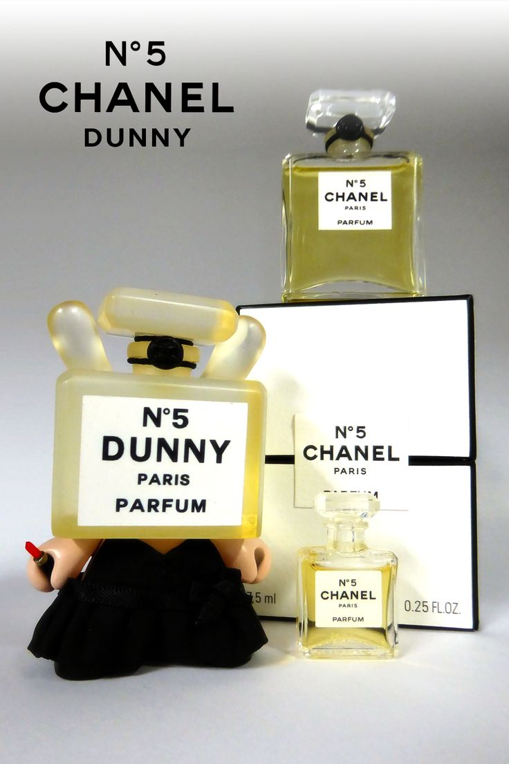 From my (street) art collection ● A miniature and a real 7.5 ml flacon of the 'Chanel N°5' perfume (Chanel, 1921) by Ernest Beaux, with a correponding 3″custom dunny by ARTMYMIND (2012). 'Chanel N°5' is the most successful fragrance of all times with a fascinating story starting from 'Quelques Fleurs' via 'Le Bouquet de Catherine' and 'Rallet N°1' to 'N°5'. The 'N°5' dunny of course wears the little black dress that Coco Chanel invented in 1920, and carries an emergency 'Rouge Coco'…