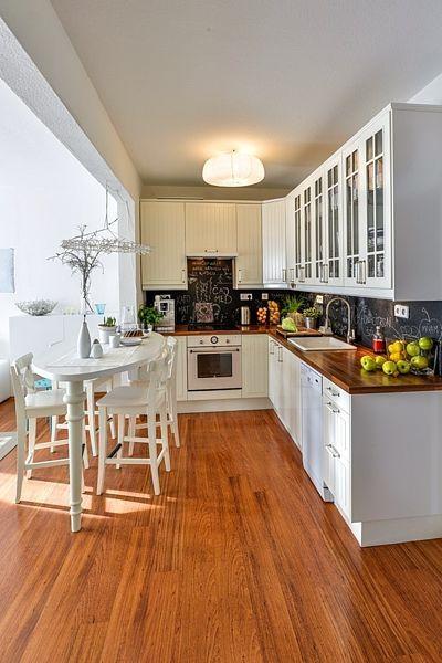 Romanticky laděnou kuchyň dotvářejí i detaily ve shodném stylu – trouba, dřez s baterií i úchytky.