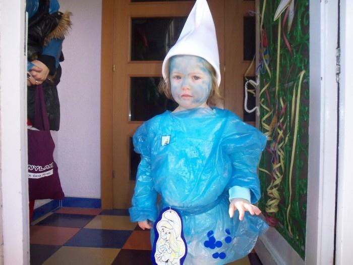 Un pitufo, un disfraz hecho con bolsas de plástico, e imaginación
