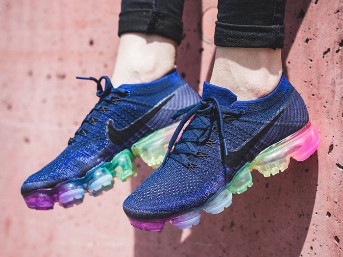 pretty nice aabbf ba2f8 Chaussure Nike Air Vapormax Flyknit Be True Rainbow (arc-en-ciel) (1)    Chaussures en 2019   Chaussure sport, Chaussures nike et Chaussure running