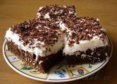 Bláznivý koláč ke kafíčku 3 hrnky hladké mouky 1 hrnek cukru 3 lžice kakaa špetka soli 2 lžičky jedlé sody 3/4 hrnku oleje 2 hrnky studené vody 2 lžíce octa NA UPEČENOU BUCHTU 2 zakysané smetany 1 smetana na šlehání+ztužovač šlehačky 2 vanilkové cukry čokoládu na postrouhání