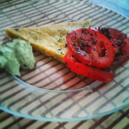 Polenta acompañada con mayonesa de albahaca...