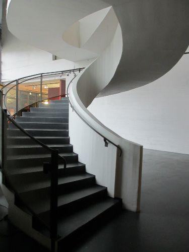 #smgtreppen (SMG-Treppen) fand diese geschwungene #Betontreppe fand ich im Museum für zeitgenössische Kunst in #Helsinki, #Finnland. Statisch sehr schwer zu realisieren und sehr gut gelungen.