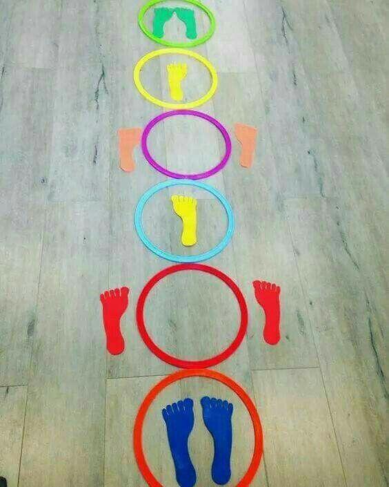 Un juego ideal para trabajar los colores, la psicomotricidad gruesa, la lateralidad, el equilibrio y la coordinación! Solo necesitas: - aros de colores - cartulinas de colores para crear los pies de colores Sencillo, fácil y económico! Te atreves a hacerlo en casa? Si te gustó, comparte!