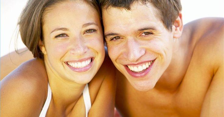 Cómo enderezar los dientes sin aparatos. Los aparatos son la forma más común de enderezar los dientes, pero usarlos puede ser un proceso largo y doloroso. Existen formas de obtener esa sonrisa perfecta sin usarlos, así que si los aparatos no son para ti, entonces uno de estos métodos pueden ser la solución ideal. Sigue leyendo para conocer si estas opciones de enderezamiento sin aparatos ...