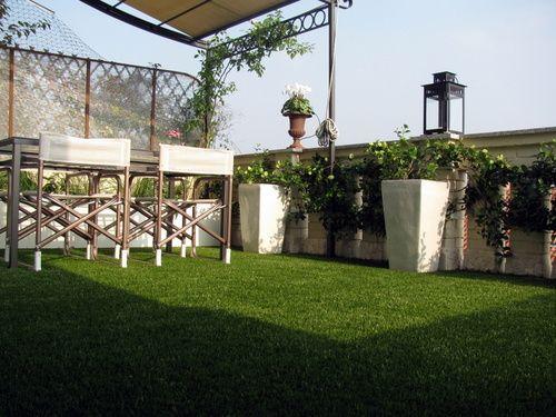 C sped artificial en terraza con maceteros celos a y for Cesped artificial terraza