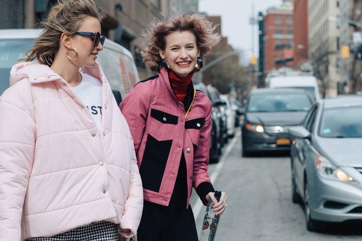 Street style à la Fashion Week automne-hiver 2017-2018 de New York tenue rose doudoune rose manteau rose
