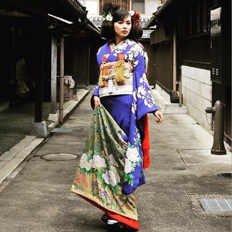 アンティーク着物をイメージして一から作成した世界でたったひとつだけのオリジナルの引き振袖、 かつて江戸の末から昭和の頭にかけて着用された婚礼装束を現代のテイストを入れて再現したものです。良いことの兆しである鳳凰は日本では孔雀とされ、そのおめでたい鳥の白い孔雀と緑の孔雀を描いてあります。鳳凰は桐の木に住むということで桐を始め、牡丹に桜、スミレなどが描かれています。地色はかつて流行した瑠璃色にしました。昔は子供が生まれたらいつか嫁ぐ日のために、実家の五つ紋を染め抜いた未婚の女性の第一正装としての振袖を誂え、嫁ぎ先では他に人には袖は降らないということで長い袖を落として留袖に仕立て直したものです。昔の婚礼をイメージした、究極のアンティークスタイルです。 #prayforkumamoto #熊本の復興を祈る #結婚式準備 #プレ花嫁 #オーダーメイドフォトウエディング #和装遊戯 #和装ロケーションフォト #鳥取砂丘  #前撮影 #マジカルフォト #ヘアスタイル #ペアコーディネート  #撮影 #写真 #和装 #kimono #japan #wedding #photo #love…