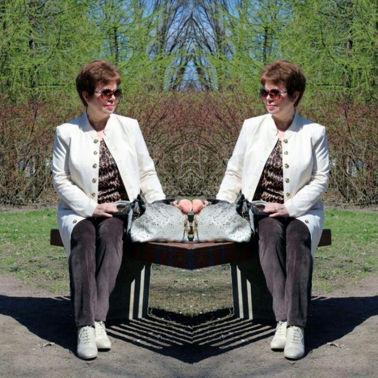 Удлиненный  блейзер молочного цвета,брюки цвета шоколада и блузка с анималистичным принтом