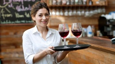 How to be a good waitress? Serving food is more than just handing a plate of food to a customer, it's service. Learn our 9 essential tips to improve your waitress skill.