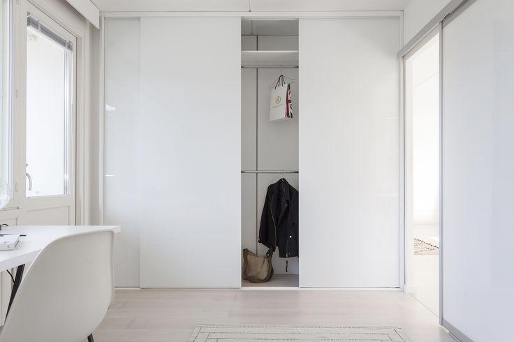 Kaunis valkoinen koti Turussa. Inarian liukuovikaapisto makuuhuoneen vaatkaappina. #valkoinen #makuuhuone #liukuovet #vaatekaapit