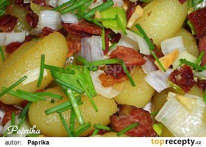 Opečené česnekové gnocchi se slaninou, pórkem a pažitkou recept - TopRecepty.cz