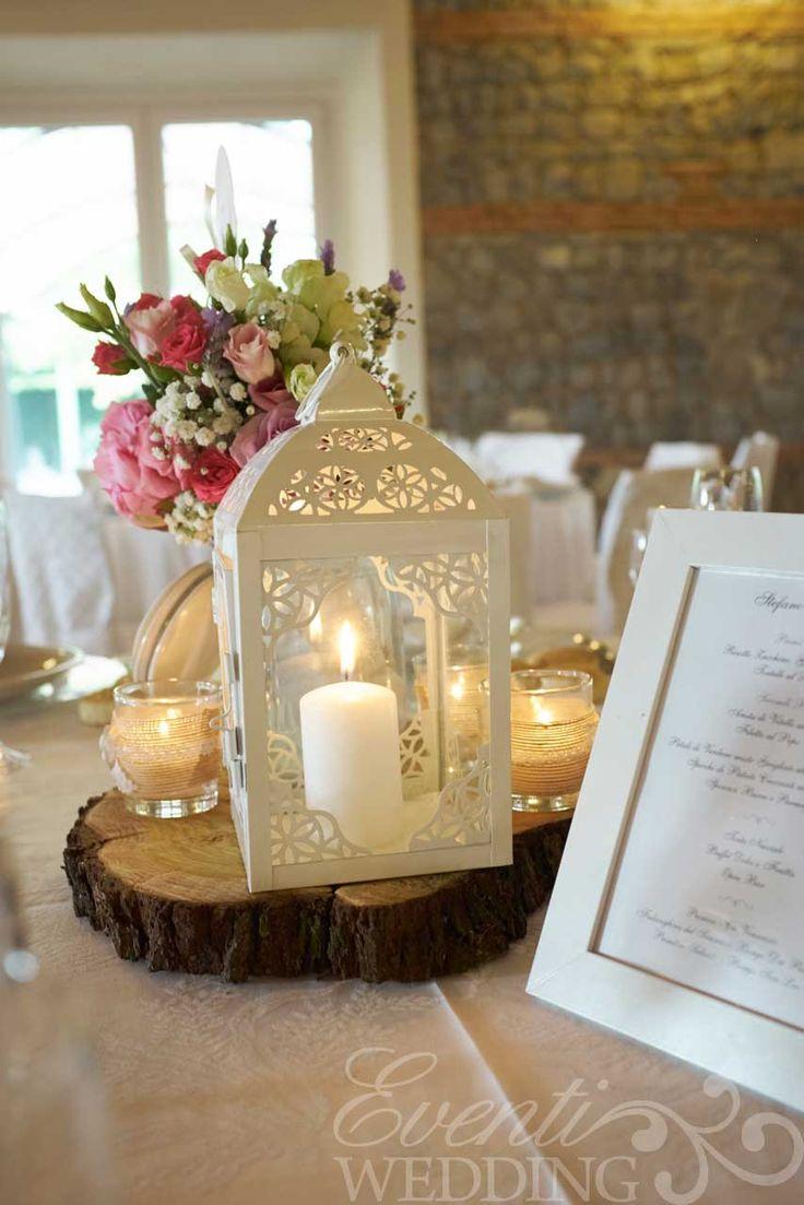 Lanterne bianche e fette di albero per il centro tavola Natural Country Wedding