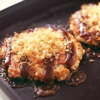 れんこんのもっちりした食感がたまらない「れんこんのお好み焼き」のレシピです。プロの料理家・林幸子さんによる、豚バラ薄切り肉、卵、れんこん、キャベツ、削りがつおなどを使った、454Kcalの料理レシピです。