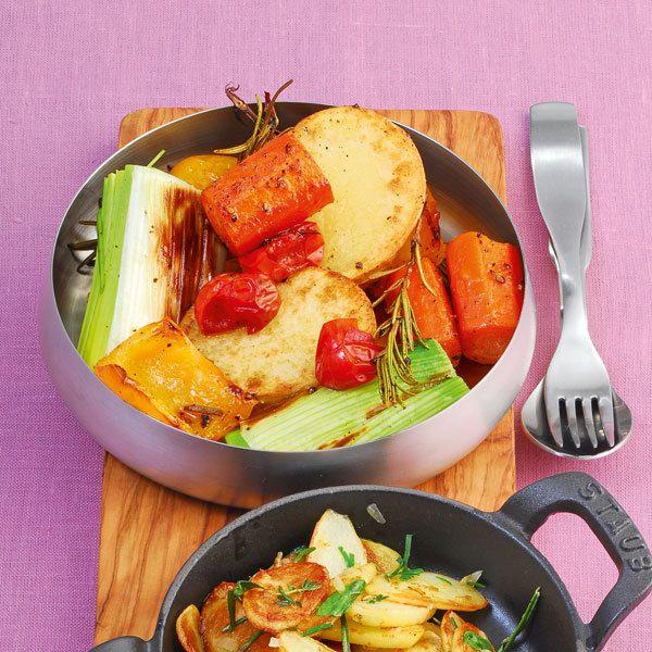 Hier schmort die Kartoffel nicht allein in Alufolie im Ofen vor sich hin, sondern darf in aromatischer Gemüsebegleitung Farbe und Würze annehmen.