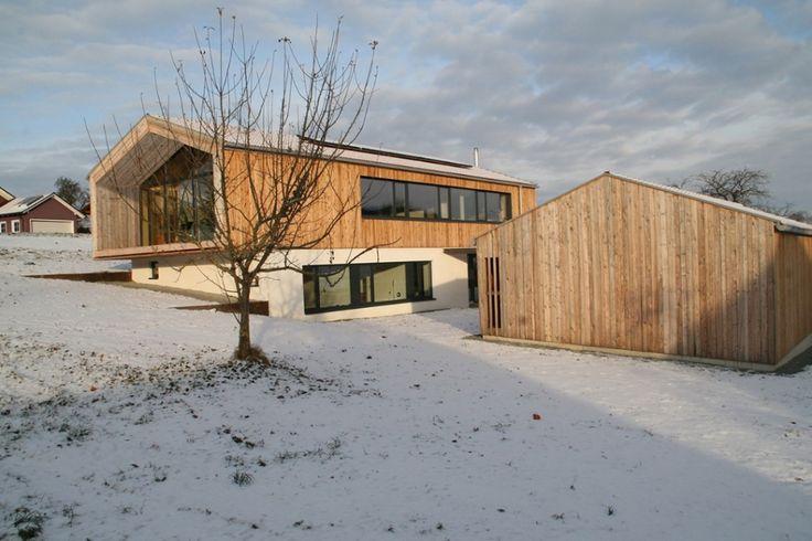 Haus am Hang mit Holz und Massivbauweise