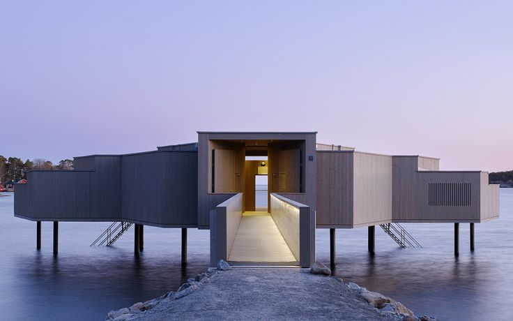 Med ett klassiskt kallbadhus i modern tappning gör Karlshamn comeback i sin egen historia. Det prisbelönta nytillskottet är öppet för alla, året runt.