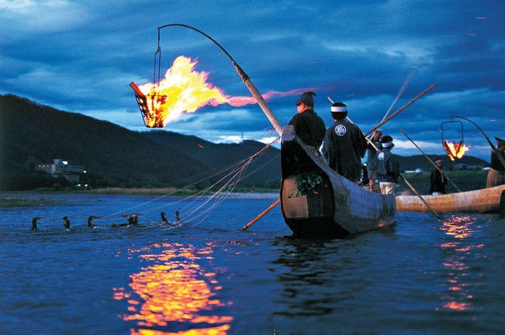 清流長良川河畔的長良川鸕鶿捕魚,是岐阜市夏天的代表景觀。俳句聖人松尾芭蕉到訪岐阜時,遊覽鸕鶿捕魚後曾留下名句「始為清雅終感傷,漁舟漂河上」。世界著名演員查爾斯.卓別林曾經先後兩次前來觀賞鸕鶿捕魚,並連連稱讚「精彩」。http://tasteoflifemag.com/travel/experience-gifu