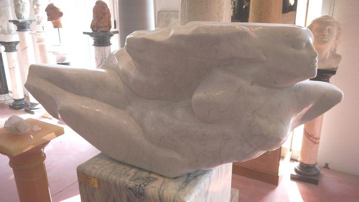 Scultura di donna in marmo - http://www.achillegrassi.com/project/scultura-di-donna-in-marmo/ - Splendido esempio di scultura,in Marmo bianco di Carrara lucido, raffigurante una donna distesa. Da notare la cura dei dettagli delle decorazioni realizzati dai nostri abili scalpellini.  Dimensioni:  160cm x 65cm x 30cm