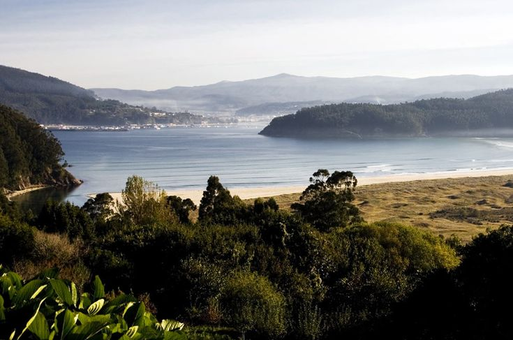 La tranquila playa de Villarube, en el municipio coruñés de Valdoviño, próximo a Cedeira, está franqueada por dos ríos: das Ferrerías y das Mestas y es un banco marisquero de coquina