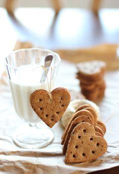 Cuori con farina di grano saraceno, mandorle e due anni di blog!