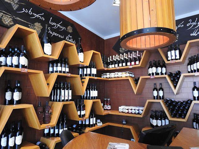 Kachetia płynie winem,  wszyscy mają winnice i wytwarzają domowe wino. Nie spotkałam niesmacznego, a próbowałam wielu. Ale i są też wielkie zakłady winiarskie, w których wytwarza się znane i cenione marki. Na zdjęciu: sklep firmowy Saperawi.